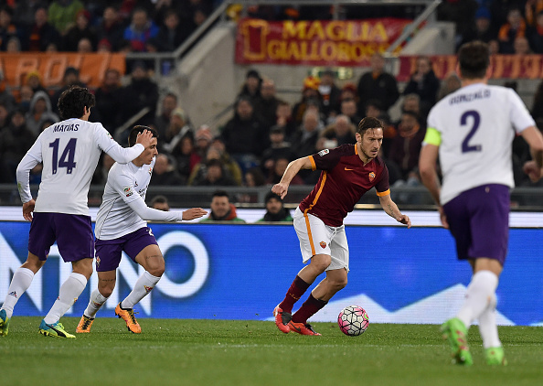 ROME, ITALY - MARCH 04:  Francesco Totti of AS Roma and Cristian Tello of ACF Fiorentina in action during the Serie A match between AS Roma and ACF Fiorentina at Stadio Olimpico on March 4, 2016 in Rome, Italy.  (Photo by Giuseppe Bellini/Getty Images)
